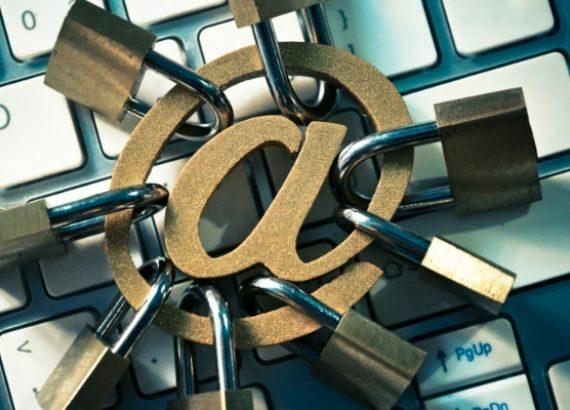 Symbolbild mit Schlössern am @-Zeichen, liegend auf einer Tastatur