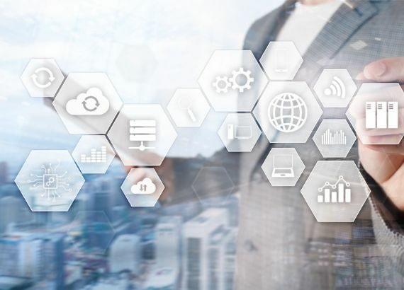 unterschiedliche Symbole für IT-Infrastruktur; im Hintergrund eine Person, die auf die Symbole deutet